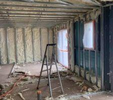Isolation par mousse polyuréthane projetée, évite les ponts thermiques et meilleure isolation