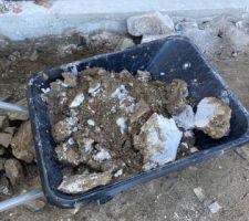 Nettoyage 4 - une brouette de reste de plâtre jetés devant le garage