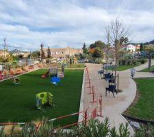 Le parc aussi a bien avancé ! ici pendant l'installation des derniers jeux pour les tout petits