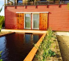 Vu de la piscine eau naturel sur fenêtres des chambres