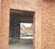 Seuil pierre bleue porte entrée + reprise du joint de briques dans l'angle rentrant