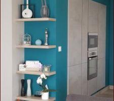 Pose des étagères murales contre le mur de la cuisine