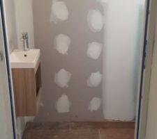 Le lave-main est posé, vue des toilettes depuis le couloir