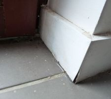 Les plinthes autour des baies vitrées INTERNORM (posées par GLV) pourrissent, en attendant un reglement par GLV