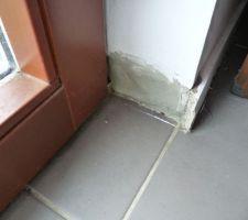 Les plinthes autour des baies vitrées INTERNORM (posées par GLV) pourrissent, en attendant un reglement par GLV. On a enlevé la pplinthe qui partait en morceaux, et on a mis de l'enduit qui nous restait lorqu'on a posé des plaques de céramique dans la cuisine, mais y'a t'il un risque de pourrissement derriere? (c'est etanche ... trop? )