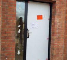 Porte d'entrée posée