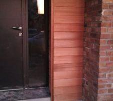 Pose du bardage bois autour de la porte d entrée