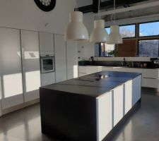 Installation de 3 suspensions luminaires au dessus de l'ilôt de cuisine - IKEA