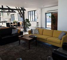 Coin salon avec nouveau canapé jaune BoConcept et tapis moelleux Ikea