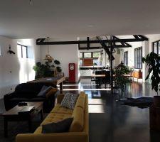 Pièce de vie vue du salon, avec nouveau canapé jaune BoConcept et tapis moelleux Ikea