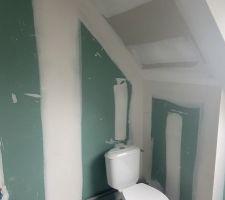 Toilette étage dans la salle de bain
