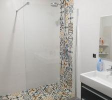Salle d'eau des filles, grande douche italienne avec faïence façon carreaux de ciment