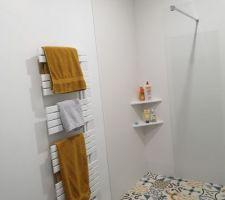 Salle d'eau des filles, douche et sèche serviettes