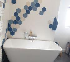 Salle de bains parentale, grande baignoire