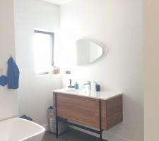 Salle de bains parentale, meuble vasque Jacob Delafon Nouvelle Vague, finition noyer