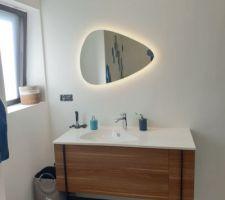 Salle de bains parentale, meuble vasque Jacob Delafon Nouvelle Vague, finition noyer, miroir de la même gamme