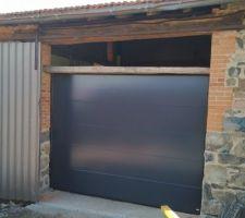 Porte de garage, dans l'attente de la partie vitrée du dessus