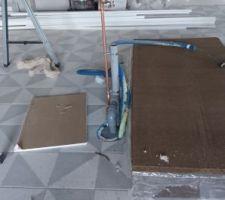 Installation de la plomberie au niveau de l'ilot central