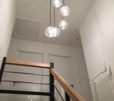 Cage d'escalier avec lustre de chez Maisons du Monde
