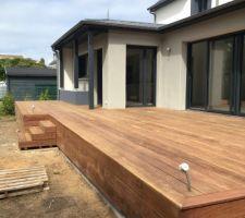 Photo de la terrasse au moment de la pose en septembre. Le bois Cumaru est encore bien rouge, en quelques mois la couleur s'est estompée.