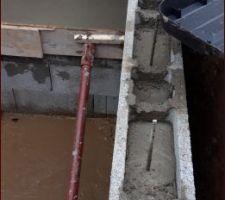2eme tranche des murs périphérique en parrepins à bancher. Coulage de la banquette de détente Vue du passage vers le vide sanitaire