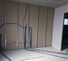 Installation des gaines électriques de la chambre de notre cadette