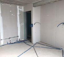 Installation des gaines électriques dans la chambre de notre aînée