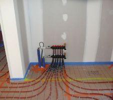 Installation chauffage entrée de la maison (un des répartiteurs qui sera caché dans le placard).