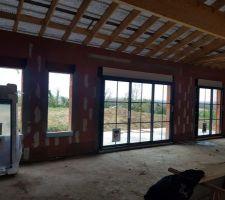 Sur la droite : baies vitrées séjour + cuisine en cours de pose