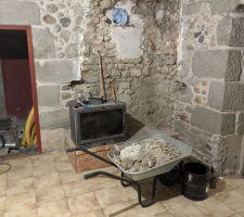 Démolition de la cheminée en cours