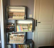 Bibliothèque faite avec des caisses de pommes
