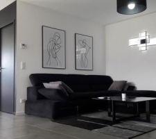 Quelques cadres, des luminaires et un tapis pour agrémenter notre salon.