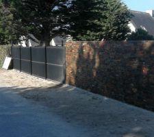 Le devant de la maison est fini avec sa clôture, son mur et son portail coulissant.