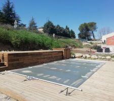 Terrasse, plage de piscine et plateforme surélevée en pin