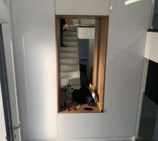 Notre placard de l?entrée avec niche intégrée pour s?assoir. Pas tout à fait terminé car il manque l?éclairage et la porte au milieu en haut est blanc mat au lieu de brillant mais ça sera corrigé après le confinement.