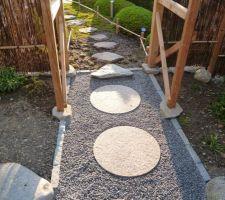 Pose des pas japonais avant et après le torii, petites bordures en gneiss et gravier en granit pour le remplissage