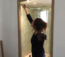Madame peint les portes en chêne