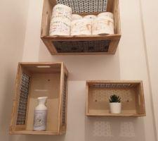 Des boîtes détournées en étagères dans les toilettes