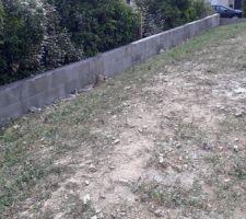 Finalement nous avons décidé de rehausser le mur de soutènement pour avoir le terrain le plus plat possible