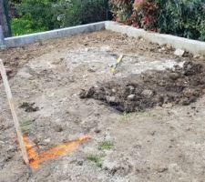 Mur de soutènement pour l'abri de jardin terminé plus qu'a creuser le trou pour accueillir la futur dalle