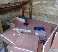 Poulailler: aménagement intérieur: plancher amovible et pondoirs