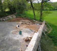 Muret en pierre coté grange