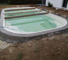 Le montage de la piscine touche à sa fin. La ceinture béton est prête à accueillir les margelles et le local piscine prêt à accueillir le système de filtration.