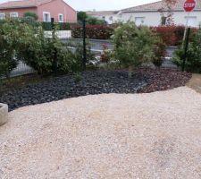 Voici quelques photos de notre petit jardin réalisé par un paysagiste. les deux oliviers étaient déjà sur place les autres plantes fournies par le paysagiste. Il manque les brises vue .