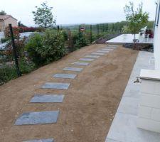 Voici quelques photos de notre petit jardin réalisé par un paysagiste. les deux oliviers étaient déjà sur place les autres plantes fournies par le paysagiste. Il manque les brises vue. avant la pelouse,