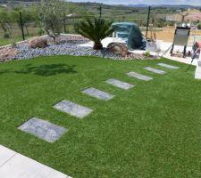 Voici quelques photos de notre petit jardin réalisé par un paysagiste. les deux oliviers étaient déjà sur place les autres plantes fournies par le paysagiste. Il manque les brises vue. avant la pelouse, côté voisin,avec la pelouse