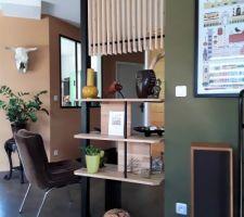 """Claustra bois naturel et métal peint en noir pour prolonger et séparer l'entrée de la pièce de vie et tout ça """"fait maison""""!"""