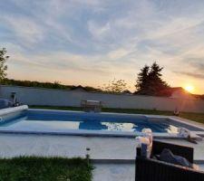 Première couché de soleil au bord de la piscine génial vivement l été en famille et les amies
