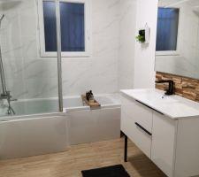 Salle de bain avec baignoire douche