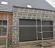 Une belle porte de garage posée !! Les plaquistes reviennent normalement demain, selon mon Cdt !!